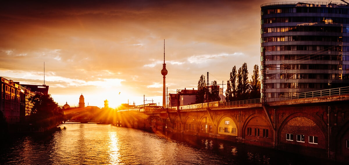 Sonnenuntergang von der Jannowitzbrücke mit Blick auf den Berliner Fernsehturm, (Foto copyright - Frank Weber - Berlin - fotologbuch.de)